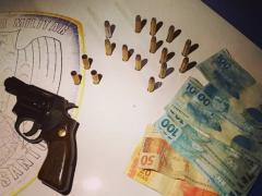 Duas pessoas foram detidas e uma arma apreendida pela PM após confusão em Dores do Rio Preto
