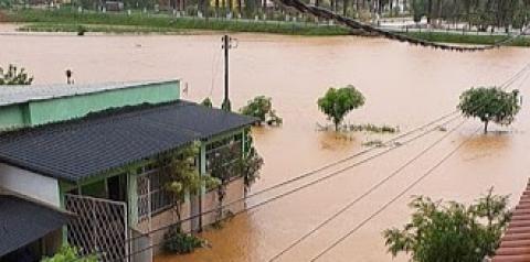 Ruas da cidade de Pedra Dourada estão alagadas com as chuvas