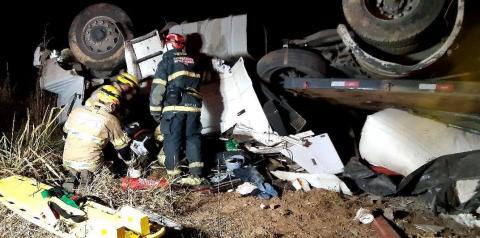 Carreta tomba na BR-116 em São João do Manhuaçu e mata motorista