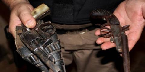 Mulher é presa e duas armas de fogo são apreendidas em Fervedouro