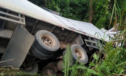 Caminhão tomba na BR 482 entre Dores do Rio Preto e Guaçuí