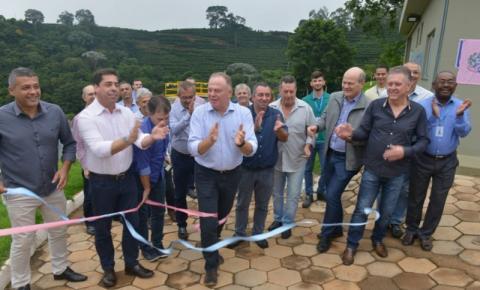 Governo do Estado entrega obras e máquinas agrícolas em Dores do Rio Preto