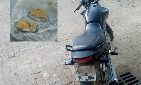 PM prende homem com drogas e recupera moto roubada em Pedra Menina