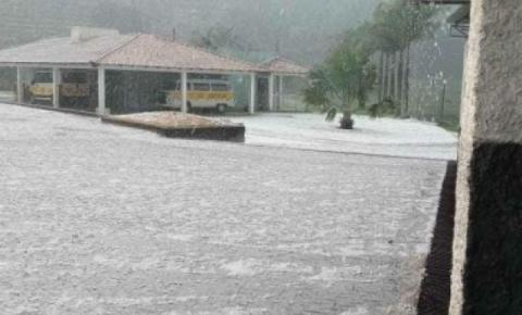 Mais de 150 telhados destruídos após chuva de granizo em Dores do Rio Preto