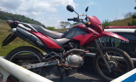 PM prende homem que abordava veículos usando uma moto vermelha nas estradas da região