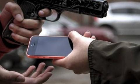 Bandidos roubam celular no centro de Manhumirim