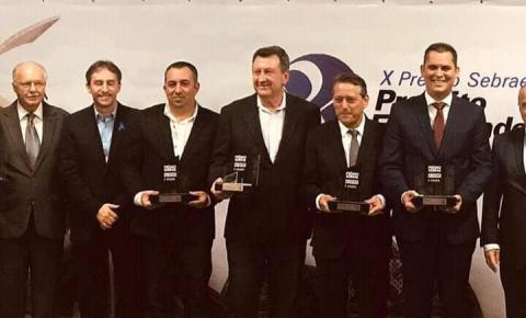 Prefeito de Dores recebe prêmio de destaque por boa gestão