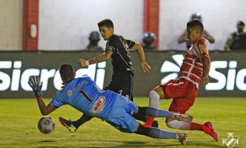 Com aglomeração de torcida, Vasco vence Tombense e avança na Copa do Brasil