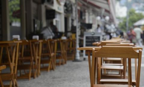 Cerca de 90% dos donos de bares e restaurantes de MG estão com problemas para pagar salários, revela pesquisa