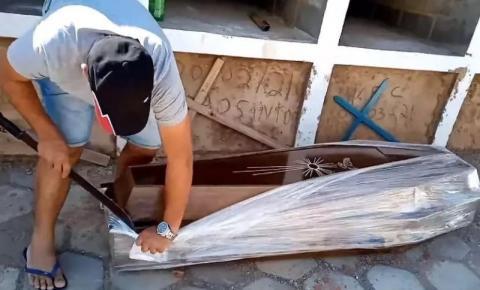 Vereador em Minas abre caixão lacrado com facão: