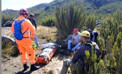 Bombeiros Miliares de Manhuaçu socorrem vítima de mal súbito no Pico da Bandeira.