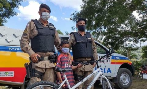 Policiais doam bicicleta a criança em Espera Feliz