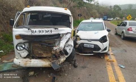 Acidente entre dois veículos deixa vítima presa às ferragens em Dores do Rio Preto