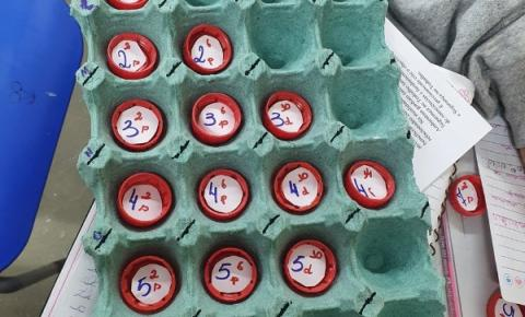 Alunos de Dores do Rio Preto transformam materiais recicláveis em arte e jogos educativos de Química