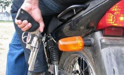 Jovem tem moto roubada em estrada rural de Dores do Rio Preto