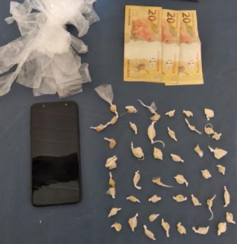 PM de Carangola prende foragido da justiça e apreende drogas em sua casa